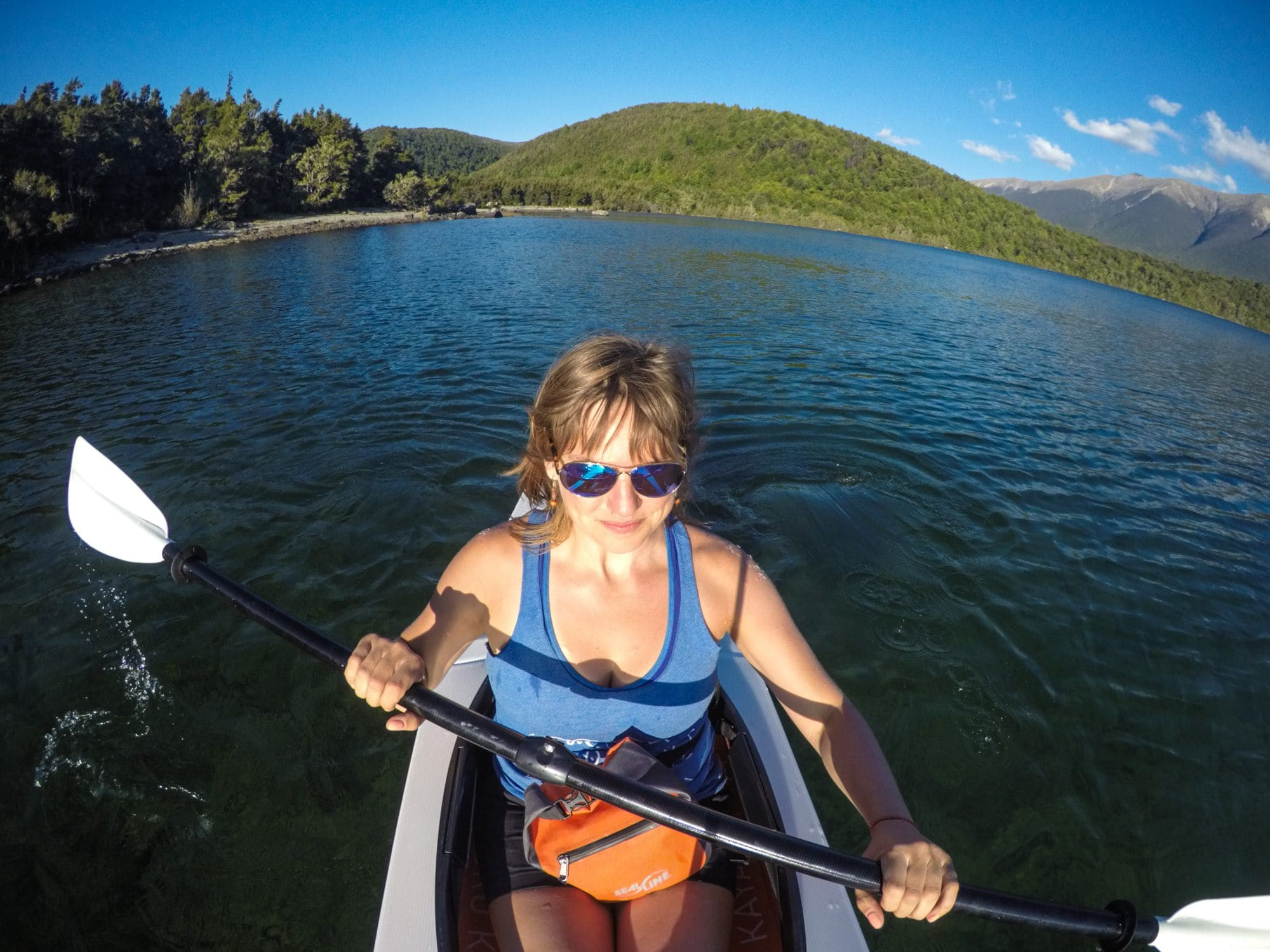 How to paddle a kayak // Sit-on top vs Sit-in Kayaks // Build confidence with these kayaking tips for beginners. Learn about different types of kayaks, what to wear, how to paddle & trip planning considerations.