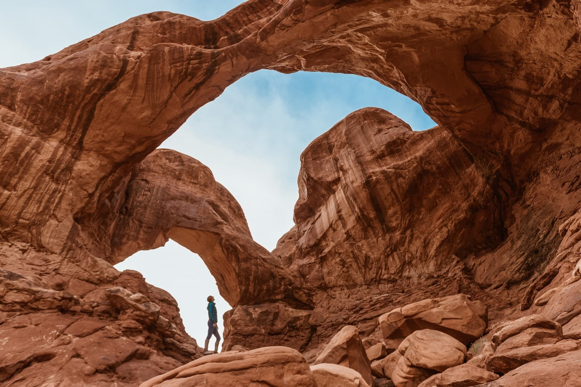 Want to improve your outdoor photography? Follow these user-friendly tips for taking great hiking photos with advice on shooting in manual & composition.