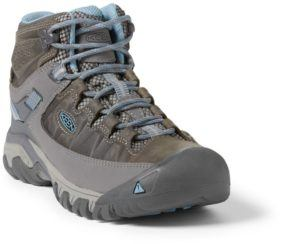 Keen Targhee Women's Hiking Boots // Get the scoop on the best women's hiking boots a d lightweight hiking shoes and learn how to choose the best hiking boots for you.