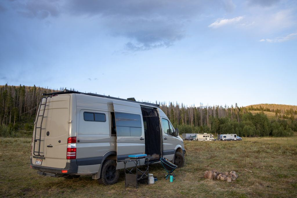 Van life free camping // Learn where and how to find free campsites on your next trip with this list of the best websites, apps & maps for finding dispersed camping.