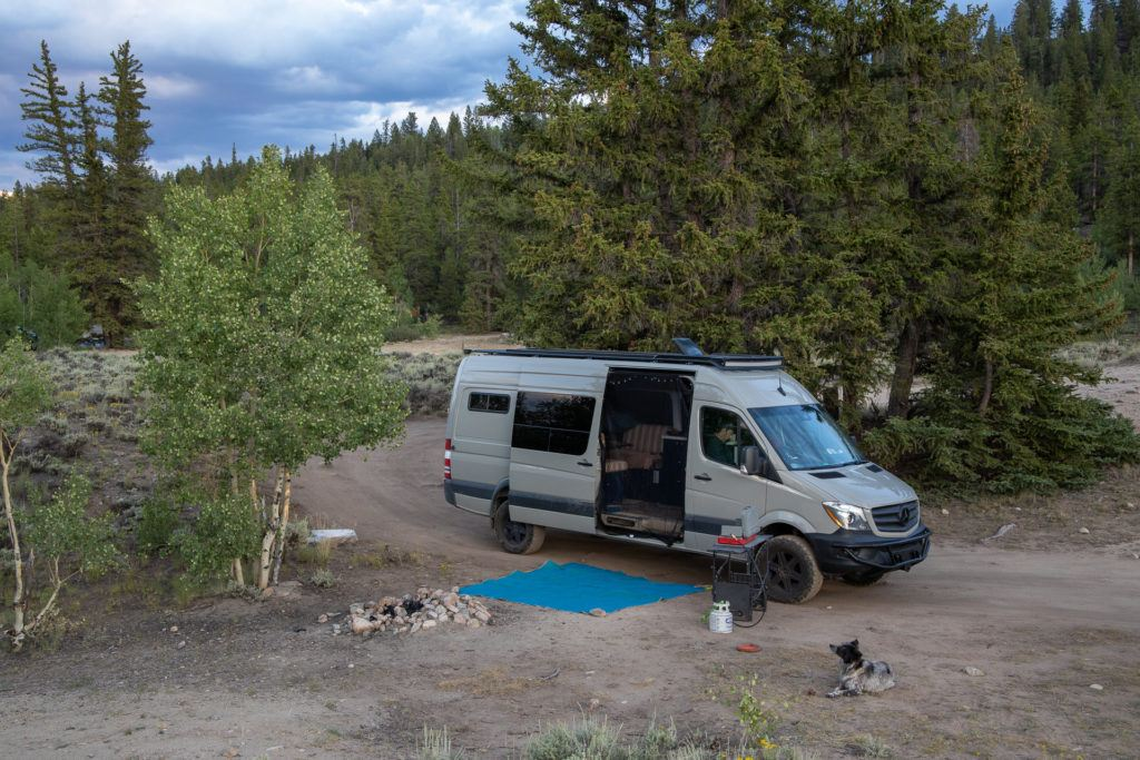 Van life camping // Learn where and how to find free campsites on your next trip with this list of the best websites, apps & maps for finding dispersed camping.