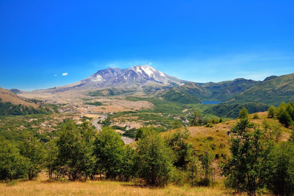 Mount St. Helens // Plan your Washington road trip with this guide to the best stops for outdoor adventure including National Parks, towns, hikes, and more.
