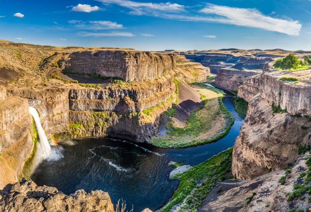 Palouse Falls // Plan your Washington road trip with this guide to the best stops for outdoor adventure including National Parks, towns, hikes, and more.
