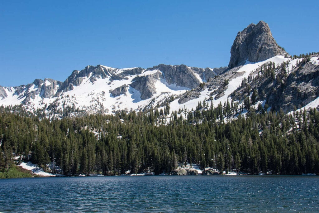 Lake George // Discover the best Mammoth Lakes hikes with stunning views of the Eastern Sierra, crystal clear lakes, alpine meadows, and more!