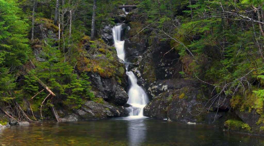 Gem Pool // Discover the 5 most scenic White Mountains waterfall hikes in New Hampshire including how to get there and what to expect along the trail.